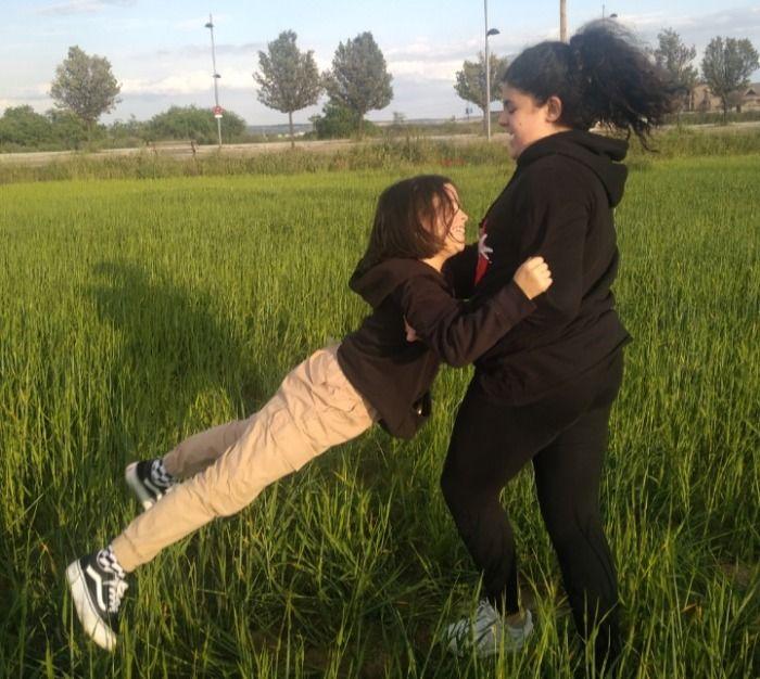 Niña de 12 años arrastra por el suelo a su compañera de pupitre a punto de matarla