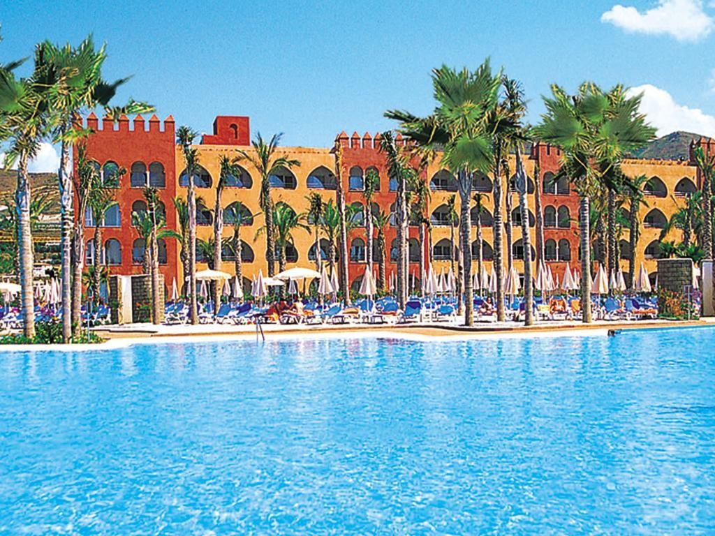 Cierran un hotel en Almuñecar por tres inquilinos