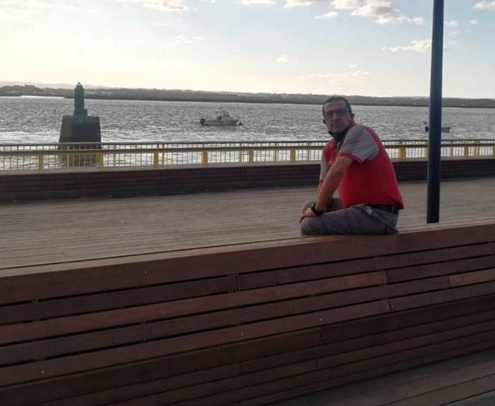 UN CONOCIDO MAESTRO LIENDRES LOCAL ENSEÑA LOS JÓVENES COMO NO SENTARSE EN EL NUEVO PASEO DE Muelle de Portugal.
